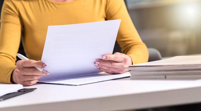 femme papiers mains stylo
