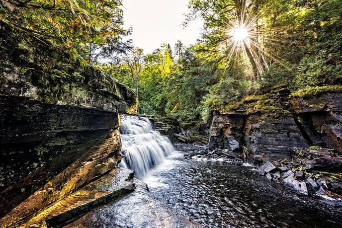 energies-renouvelables-cascade-eau-solaire-arbres