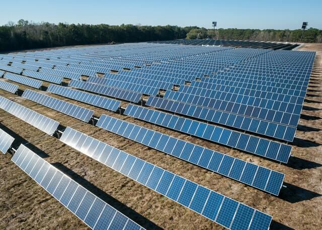 ferme-panneaux-solaires-champ