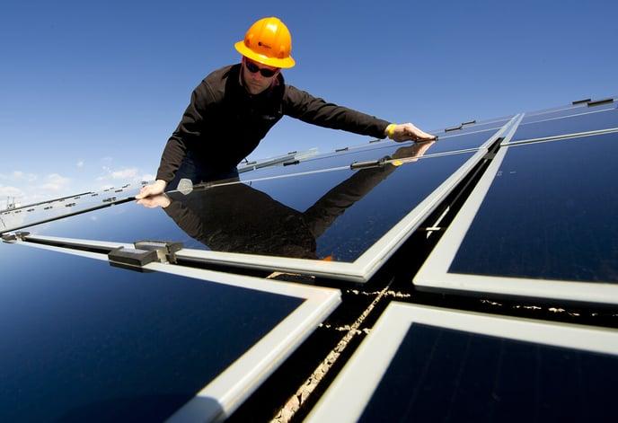 homme-installateur-casque-panneaux-solaires