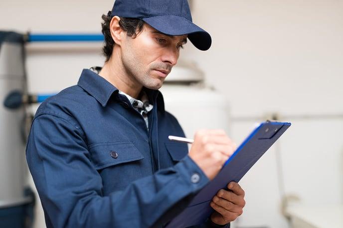 homme-professionnel-bleu-travail-casquette-remplit-document