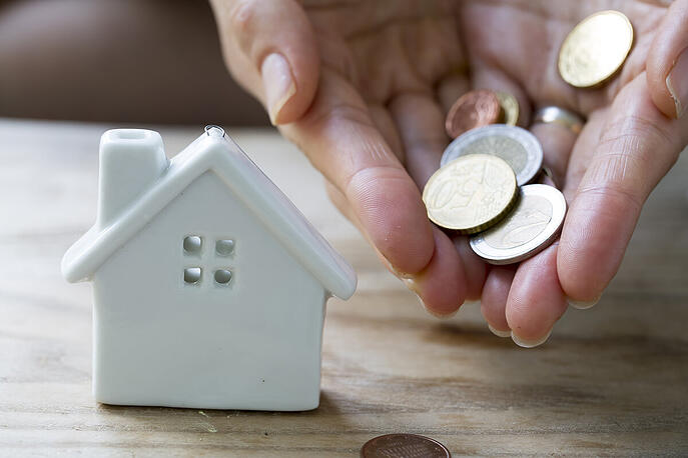 maison-miniature-mains-pieces-monnaie-euro