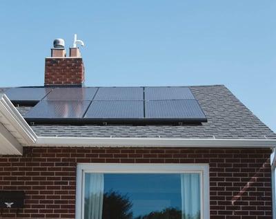 panneaux-solaires-toit-maison-brique