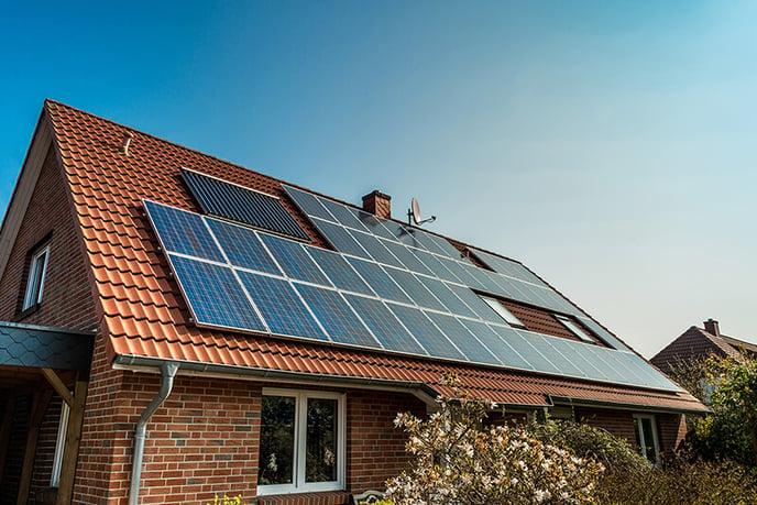 panneaux-solaires-toit-maison-tuiles-petit