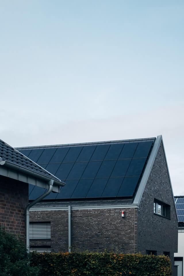 panneaux-solaires-toiture-maison-portrait