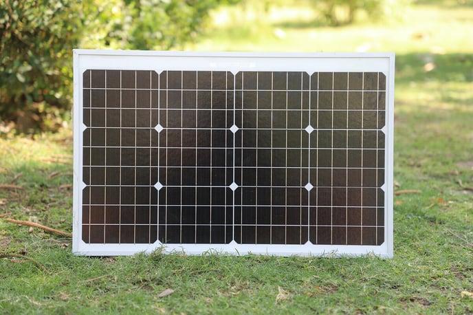 petit-panneau-solaire-pelouse-unsplash-hellio