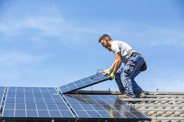 installateur-panneaux-solaires-toit-maison