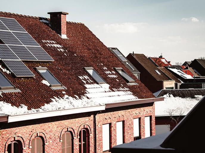 toits-enneiges-panneaux-solaires-maisons